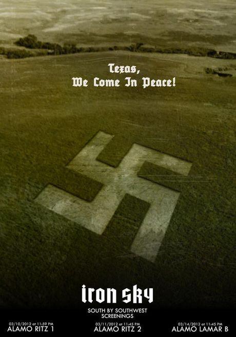 FOTO: Hákový kříž místo kruhu v obilí na plakátech filmu Iron Sky