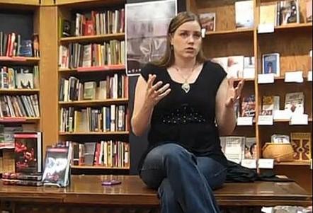 FOTO: Aprilynne Pikeová při autorském čtení knihy kouzlení
