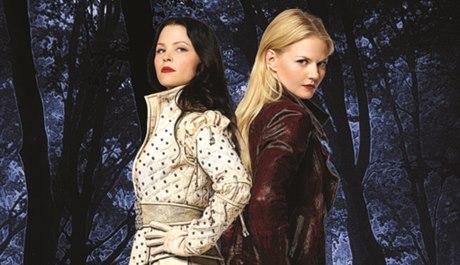 Sněhurku (vlevo) hraje v seriálu Ginnifer Goodwin , Emmu Jennifer Morrison. Zdroj: výřez z obálky
