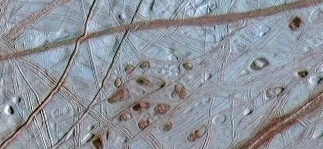 Detail struktur na povrchu Europy. Zdroj: Wikimedia