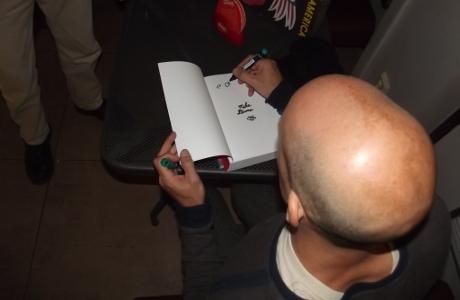 Mike Diana podepisující v Praze Americu. Foto: Jan Šuška
