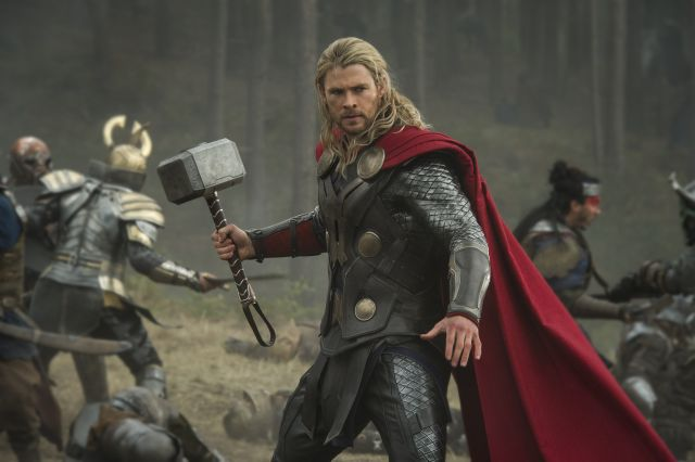 Kladivo, červený pláštík a blond lokny. Thor se vrátil do kin. Zdroj: Falcon