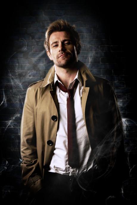 Constantine má na sobě konečně oblečení, které k němu patří. Zdroj: NBC TV Networ