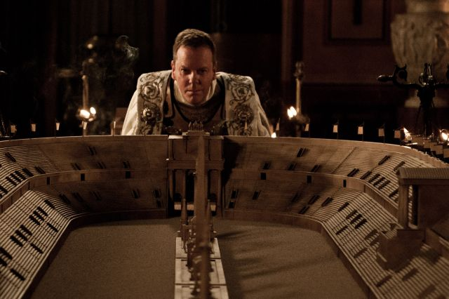 Kiefer Sutherland přesně pochopil, co má dělat - přehrávat.