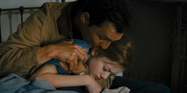 Otec se snaží zachránit své děti před skázou. Zdroj: Reprofoto Youtube.com.