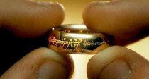 Prsten moci v Pánovi prstenů toho zase tak moc neuměl, ale dokázal ze svého nositele udělat schizofrenika. Zdroj: New Line Cinema