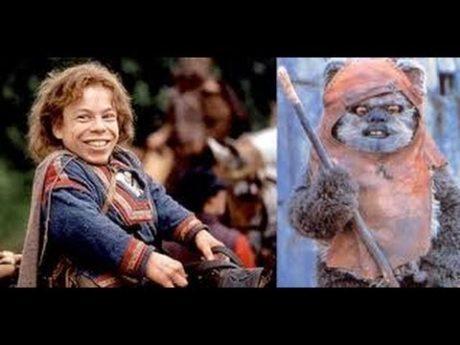 Warwick Davis jako Willow ve stejnojmenném filmu a jako Ewok Wicket v Návratu Jediho. Zdroj: Lucasfilm