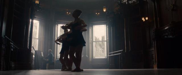 V traileru se nám naskytne i pohled na siluety několika balerín. Dočkáme se poznání minulosti Black Widow?